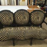 Sofá clásico Isabelino en tela diseño cebra