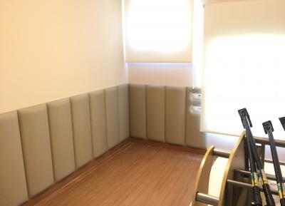 Panelado pared con acolchado media caña
