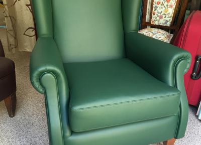Tapizado de sillón orejero en piel sintética Olympia verde y terminación de tachuela bronce